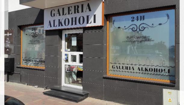 Reklama dla galerii alkoholi na wareckim rynku zamontowana